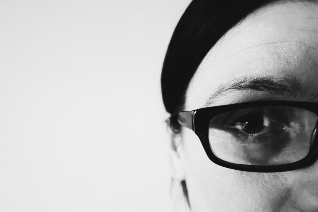 Bild på ett öga med glasögon.